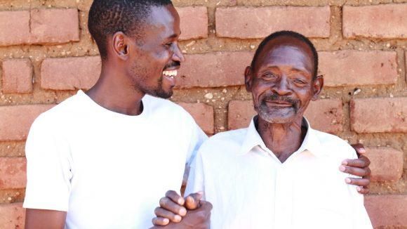 Winesi sorride insieme all'oftalmologo Madalitso.
