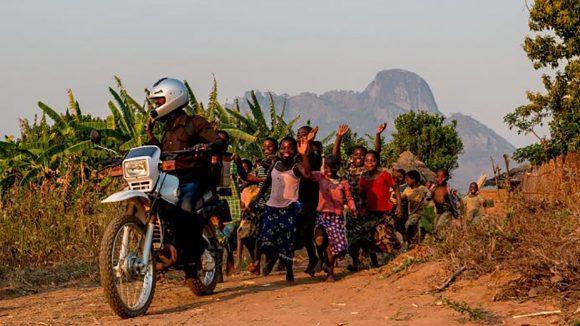 i bambini del villaggio in Malawi corrono dietro