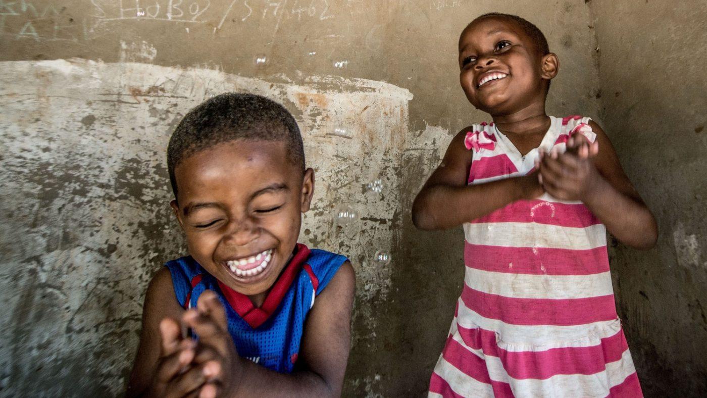 Due bambini sorridono un oaccanto all'altro