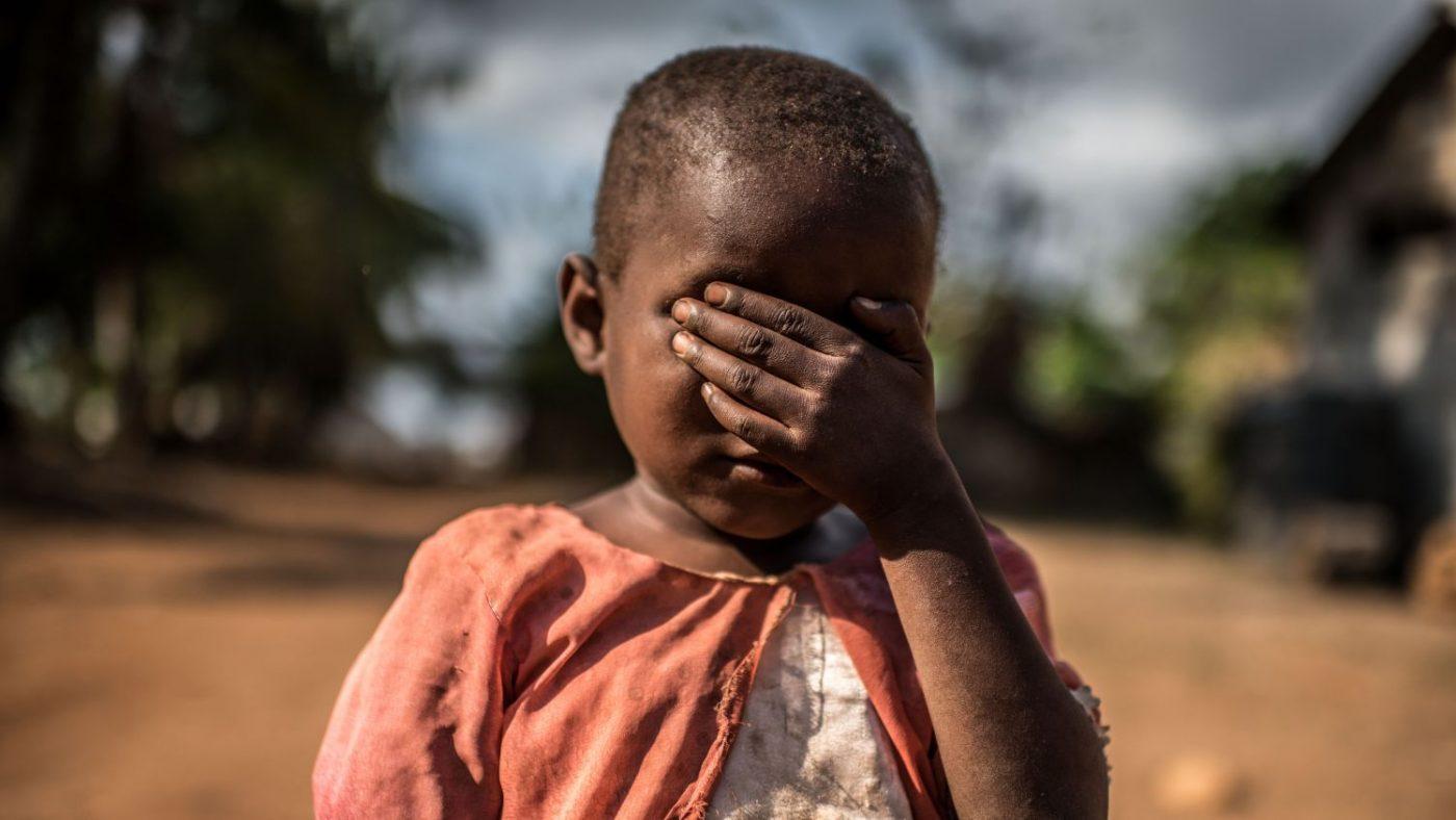 Una bambina si compre gli occhi con la mano