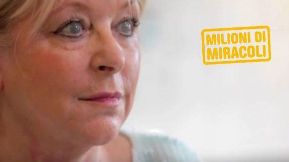 Una donna bianca in primo piano con le lenti che simulano la cataratta sugli occhi