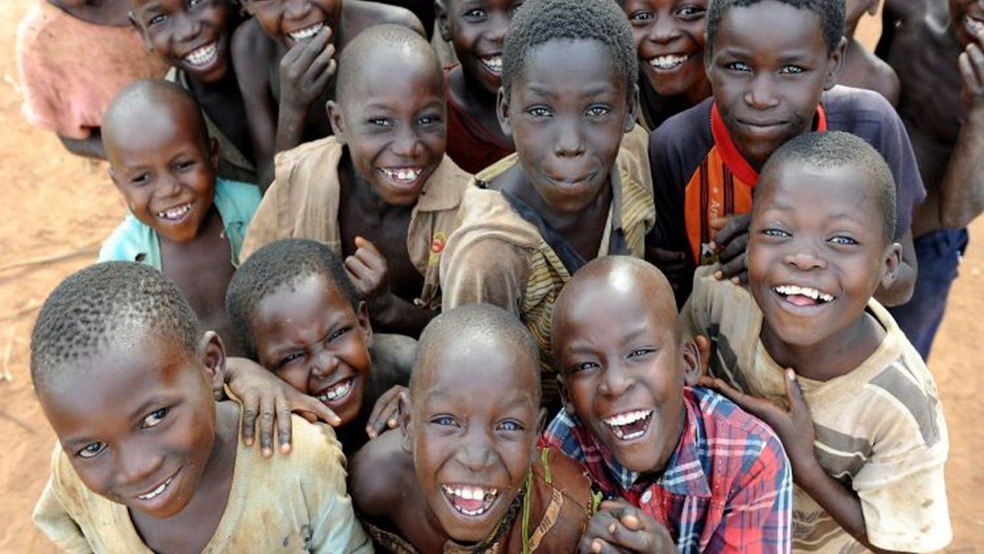 Un gruppo di bambini sorridenti
