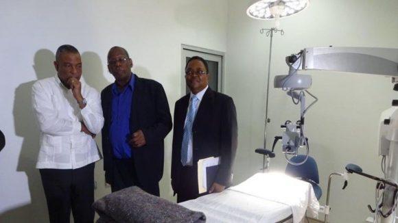 Tre uomini in piedi in una sala operatoria