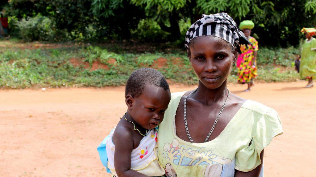 Mamma Irma tiene in braccio il suo bambino.