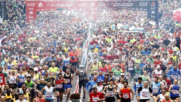 Vista dall'alto sui maratoneti che stanno correndo