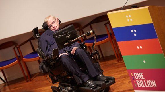 Un uomo è seduto in una sedia a rotelle