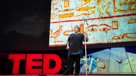 Il nostro CEO Caroline Harper sta parlando sul palcoscenico del TED e tiene in mano un lungo bastone.
