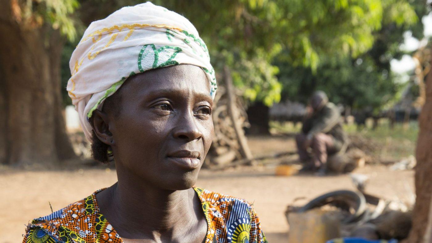 Una donna dallo sguardo triste guarda davanti a sè.