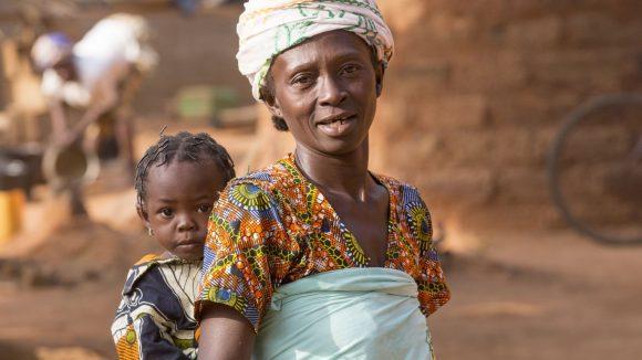 Mamma Sanata porta sulla schiena la sua bambina.