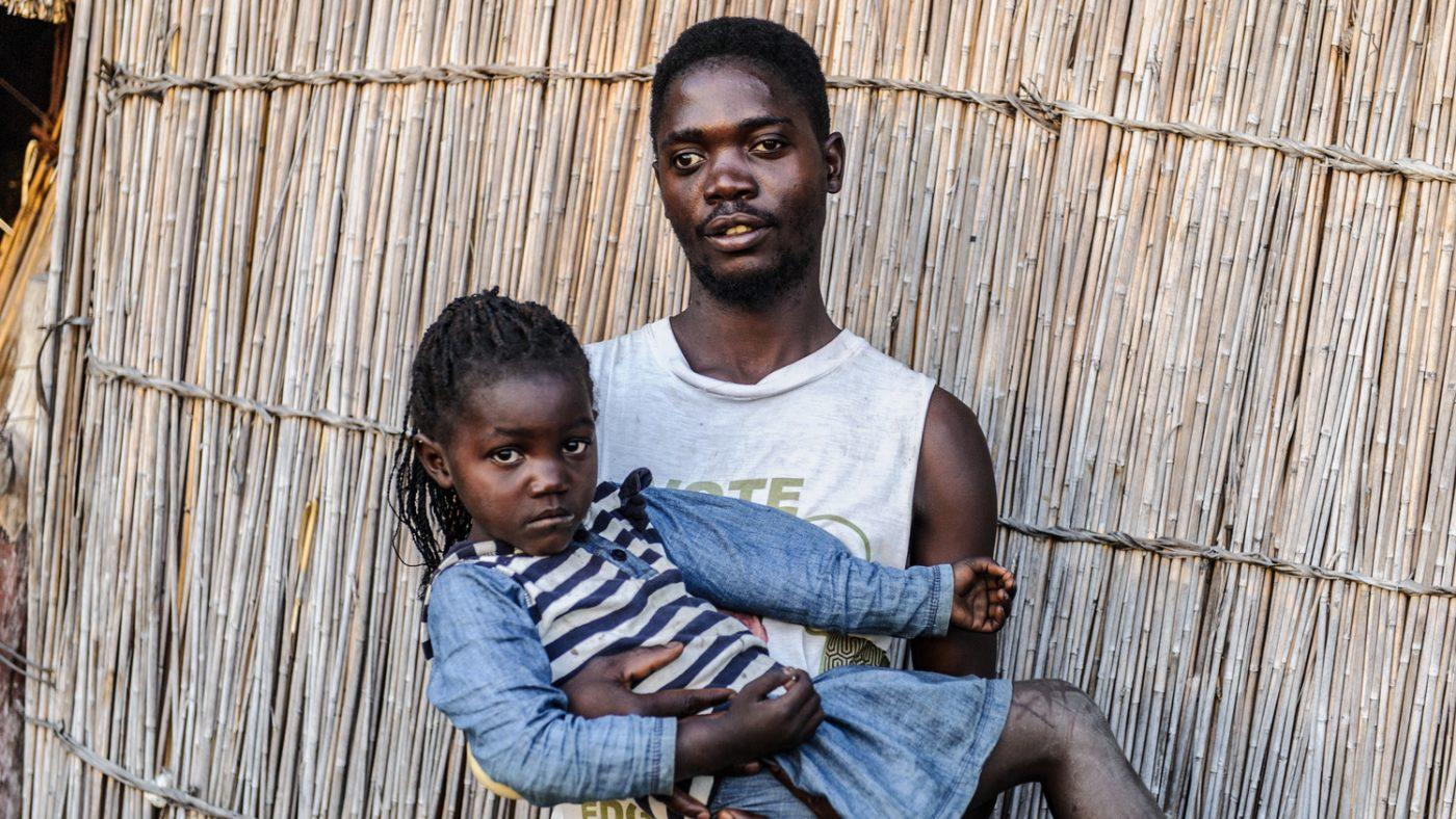 Un uomo tiene in braccio la sua bambina.