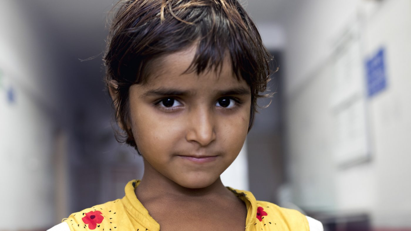 Una bambina guarda davanti a sè.