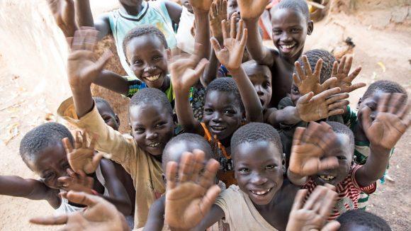 Un gruppo di bambini sta salutando