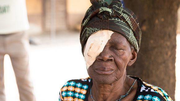 Una donna anziana con una benda sull'occhio destro