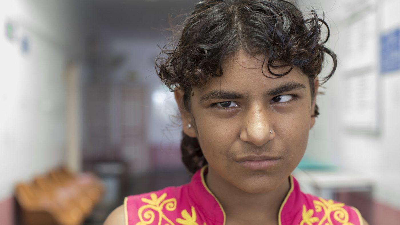 Una bambina con problemi agli occhi.