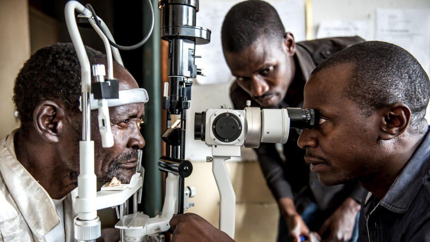 Il dottor Gerald visita gli occhi di Winesi con lo strumento.