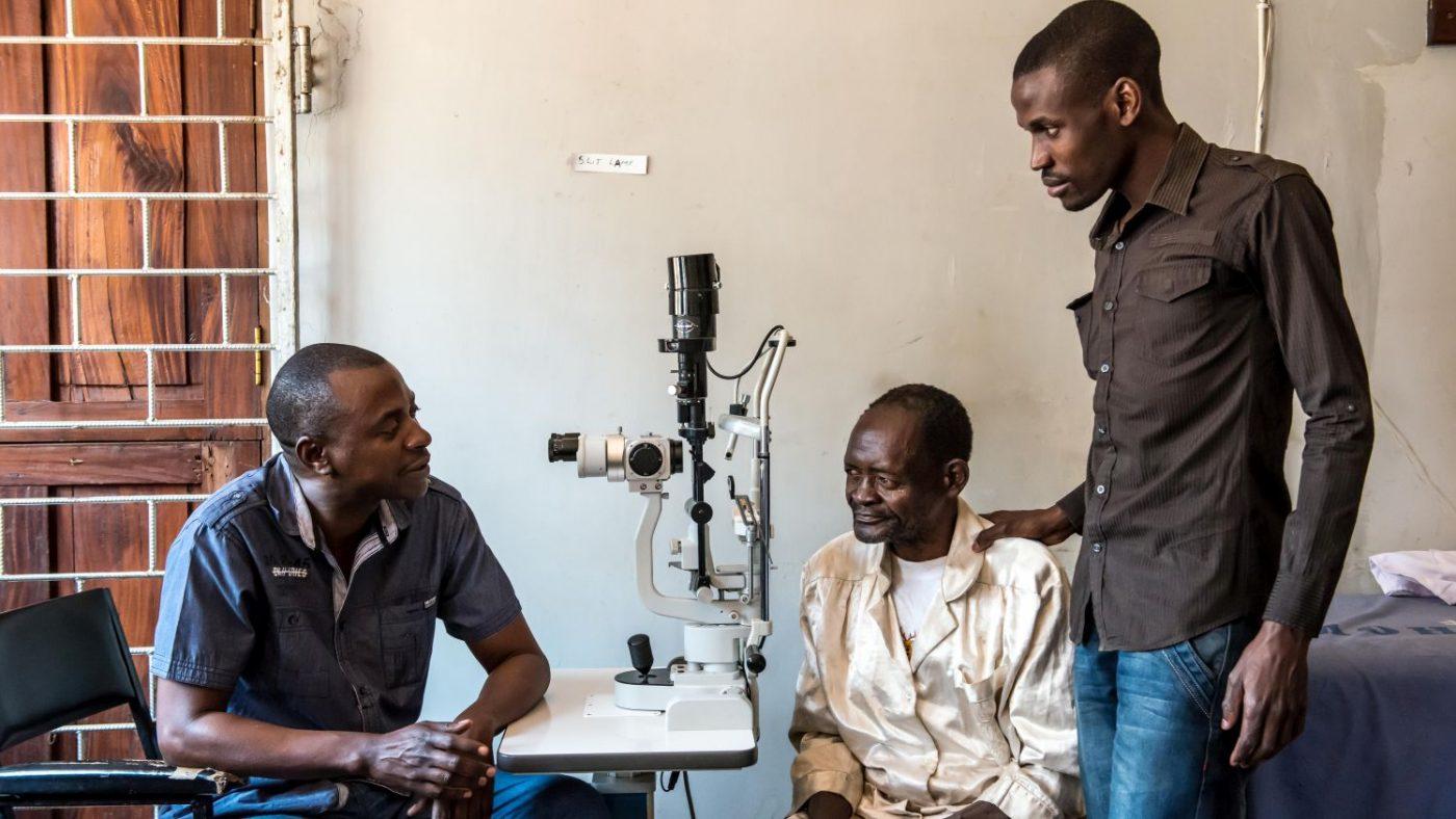 In ospedale il dottor Gerald e Madalitso spiegano a Winesi che ha la cataratta.