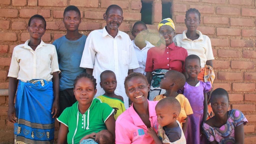 Winesi posa per una fotografia con tutti i membri della sua famiglia.