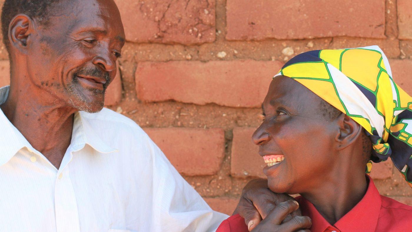 Winesi e sua moglie Namaleta si guardano negli occhi sorridendo.