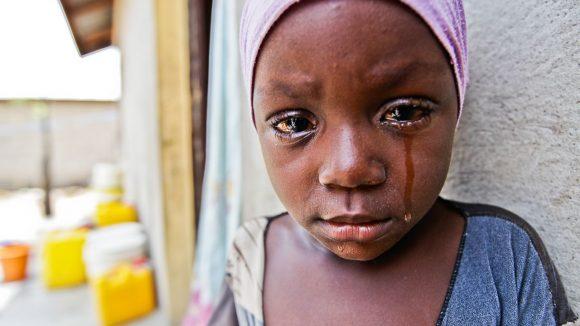 Aisha in primo piano e una lacrima scende dal suo volto.