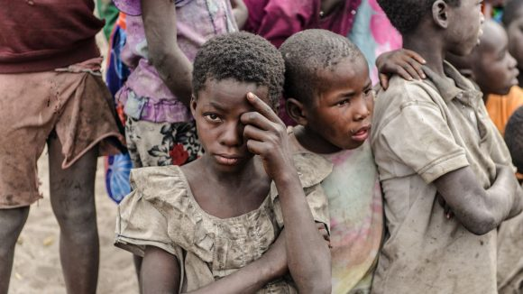 Dei bambini sono in fila per una visita agli occhi.