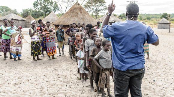Bambini del villaggio in fila per la visita del dottore.