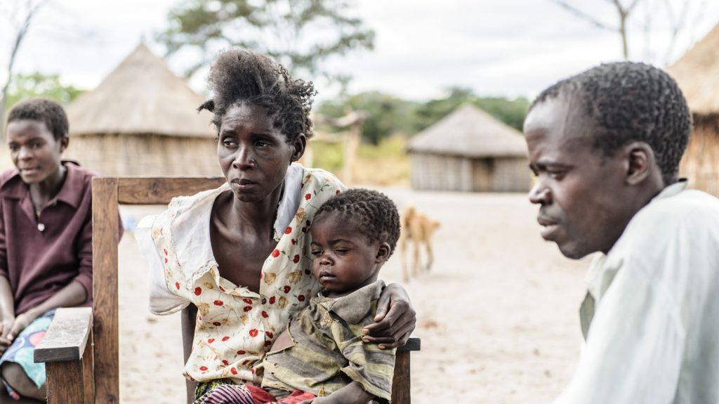 Nalukena in braccio alla mamma e al loro fianco il papà della piccola.