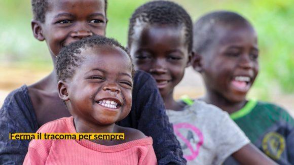 Nalukena sorride in mezzo ai suoi amici.