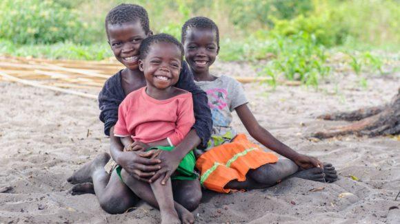 Nalukena è insieme a due suoi amici e sorridono felici.
