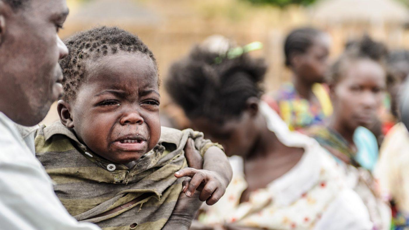 Una bambina piange disperata tra le braccia del suo papà.