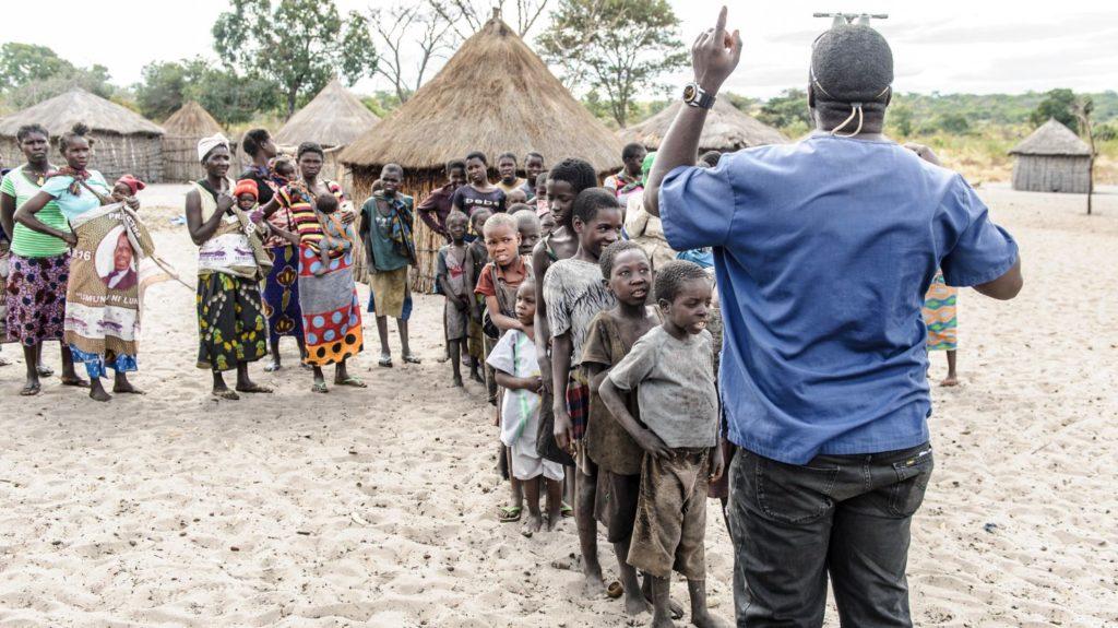 I bambini del villaggio sono in fila davanti al dottor Ndalela per essere visitati.