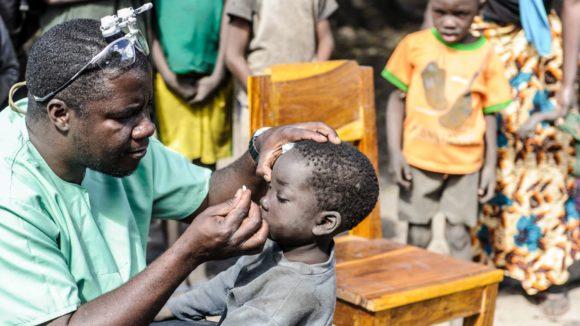 Ndalela da la medicina ad un bimbo del villaggio.