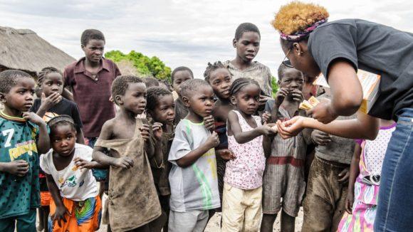 i bambini del villaggio sono in fila in attesa di ricevere l'antibiotico contro il tracoma.