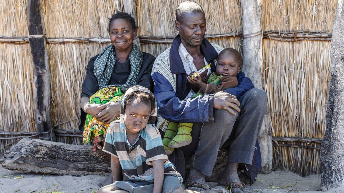 Lubasi in braccio al suo papà e accanto a loro la mamma e il fratellino.