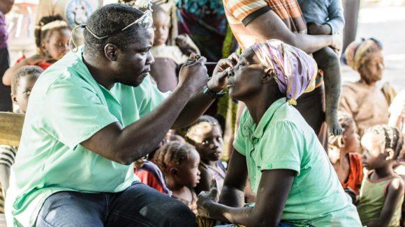 Il dottor Ndalela visita una donna della comunità.