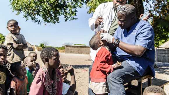 Il dottor Ndalela visita un bambino nel suo villaggio.