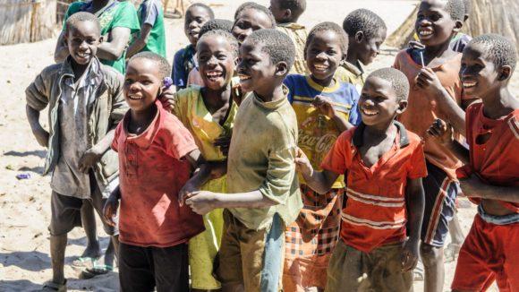 I bambini del villaggio ridono felici.