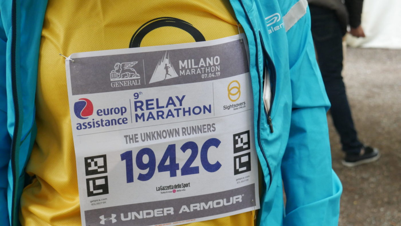 Focus sul pettorale della Milano marathon con il logo di Sightsavers