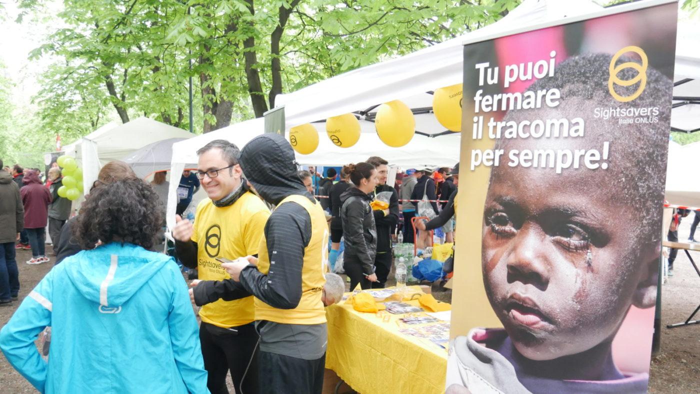 Stand di Sightsavers alla Milano marathon con qualche maratoneta