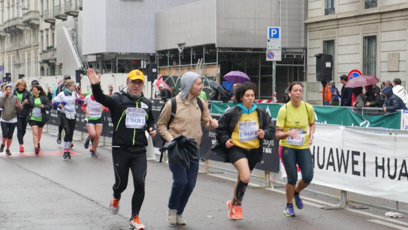 Quattro maratoneti stanno correndo verso l'arrivo della maratona