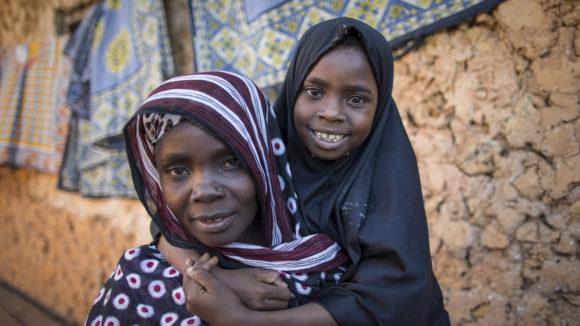 Mamma Mati con la piccola Rehima che è stata operata di cataratta.