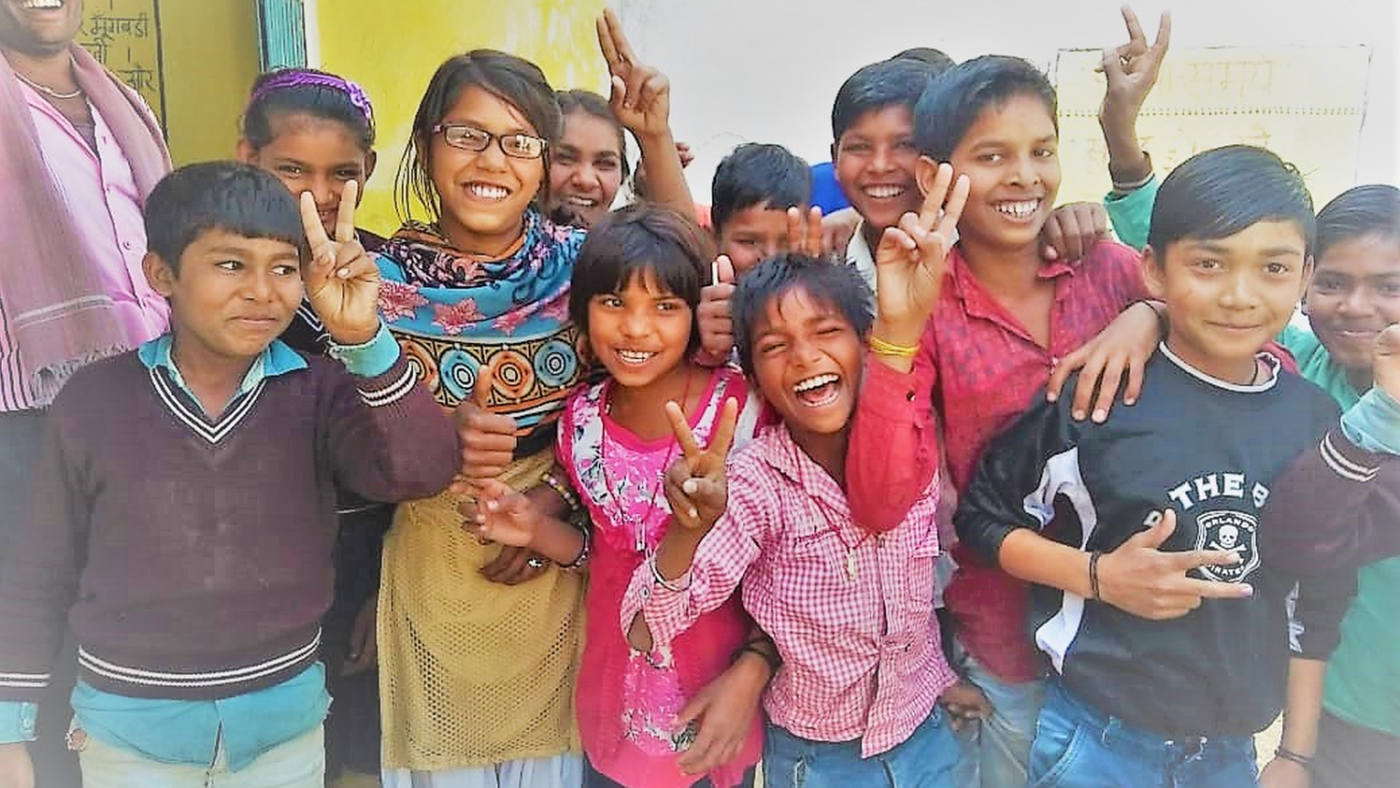 Un gruppo di bambini sorride felice.