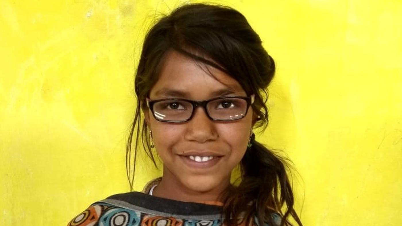 Una ragazzina in primo piano con gli occhiali-
