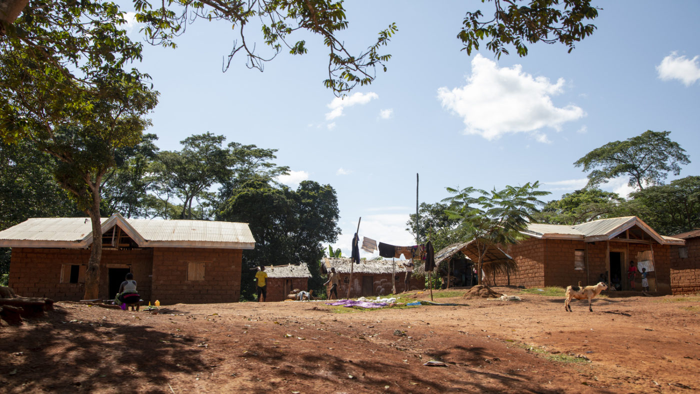 Il villaggio arido con poche case dove vive Mamauda.