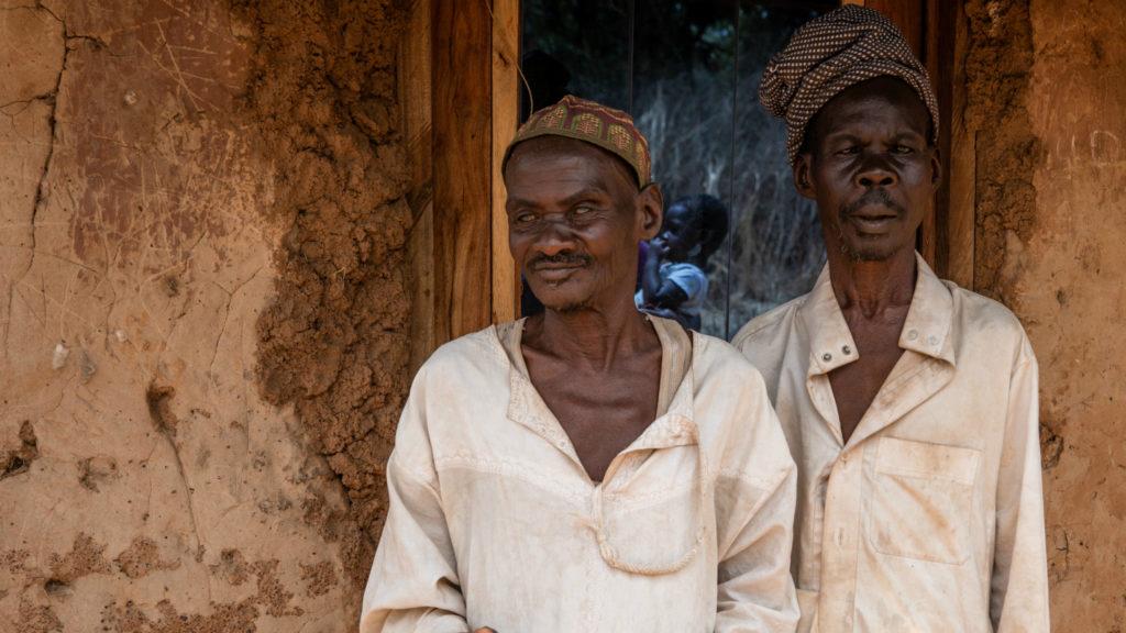 Due uomini ciechi guardano davanti a loro di frote alla loro casa.