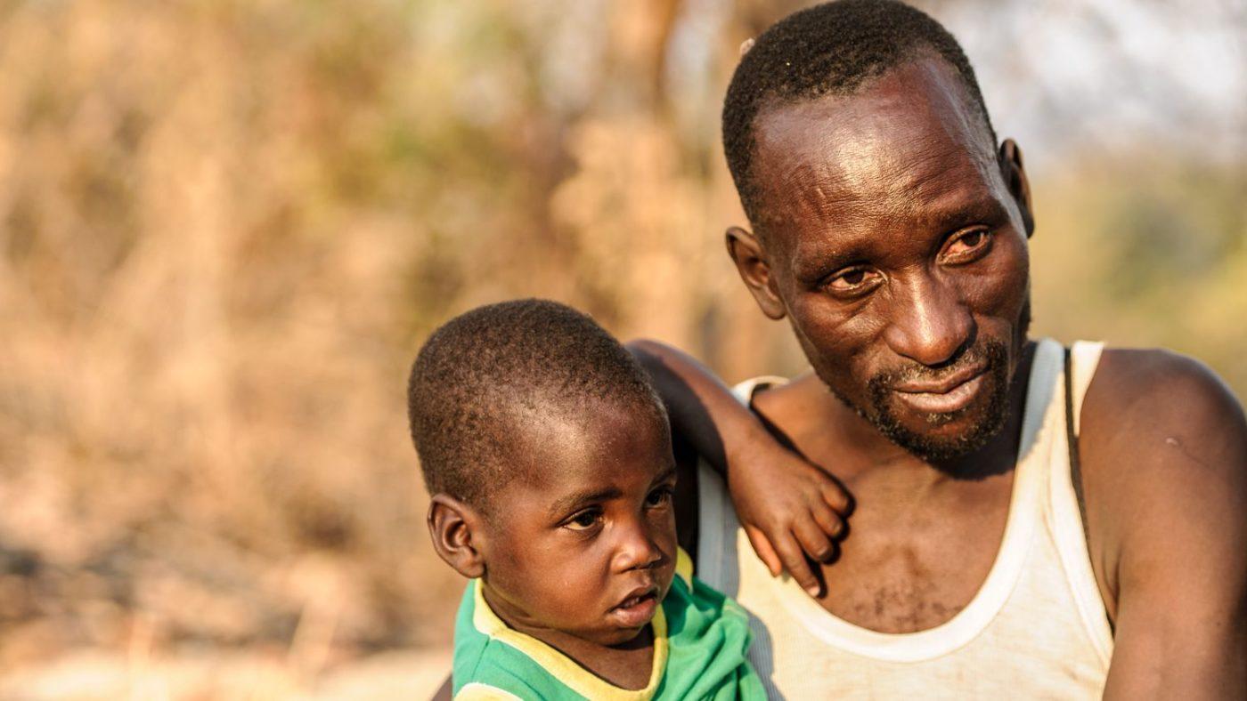 Tatenda in braccio al suo papà.