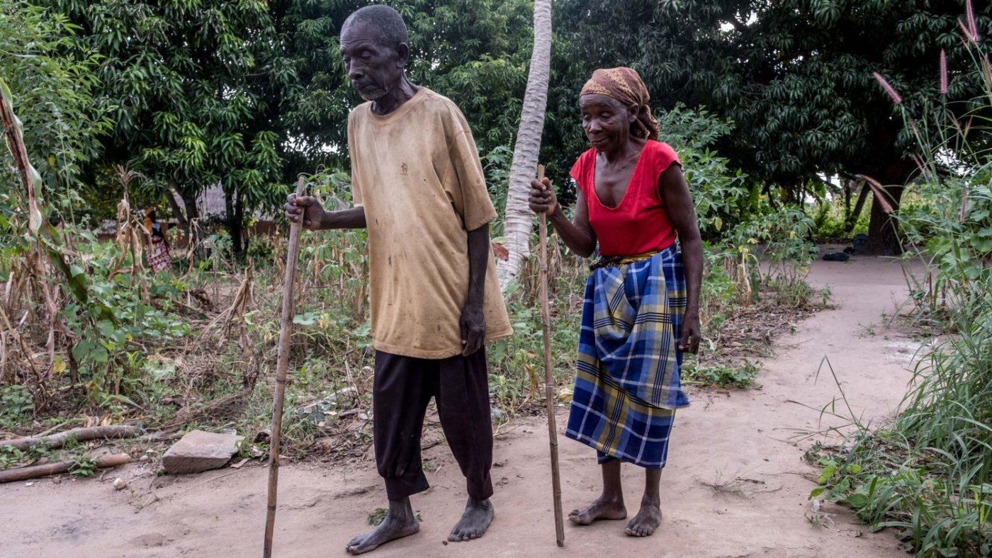 Gordane e Suhura per camminare si aiutano con un bastone