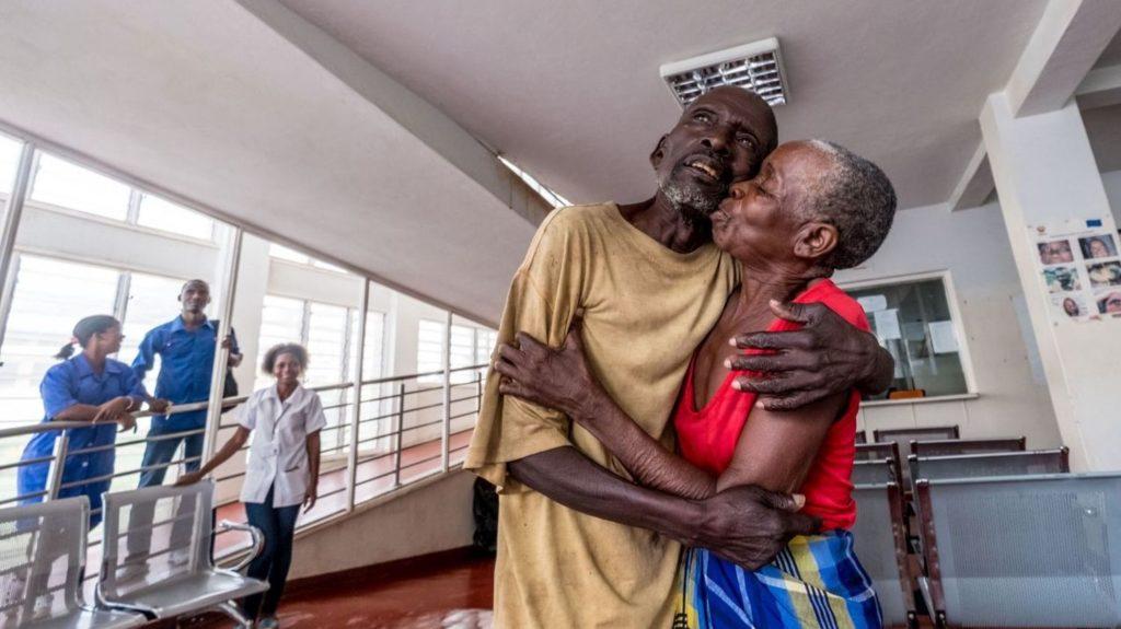 gordane e suhura si abbracciano felici.