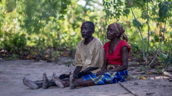 Gordane e Suhura seduti di fronte alla loro capanna.