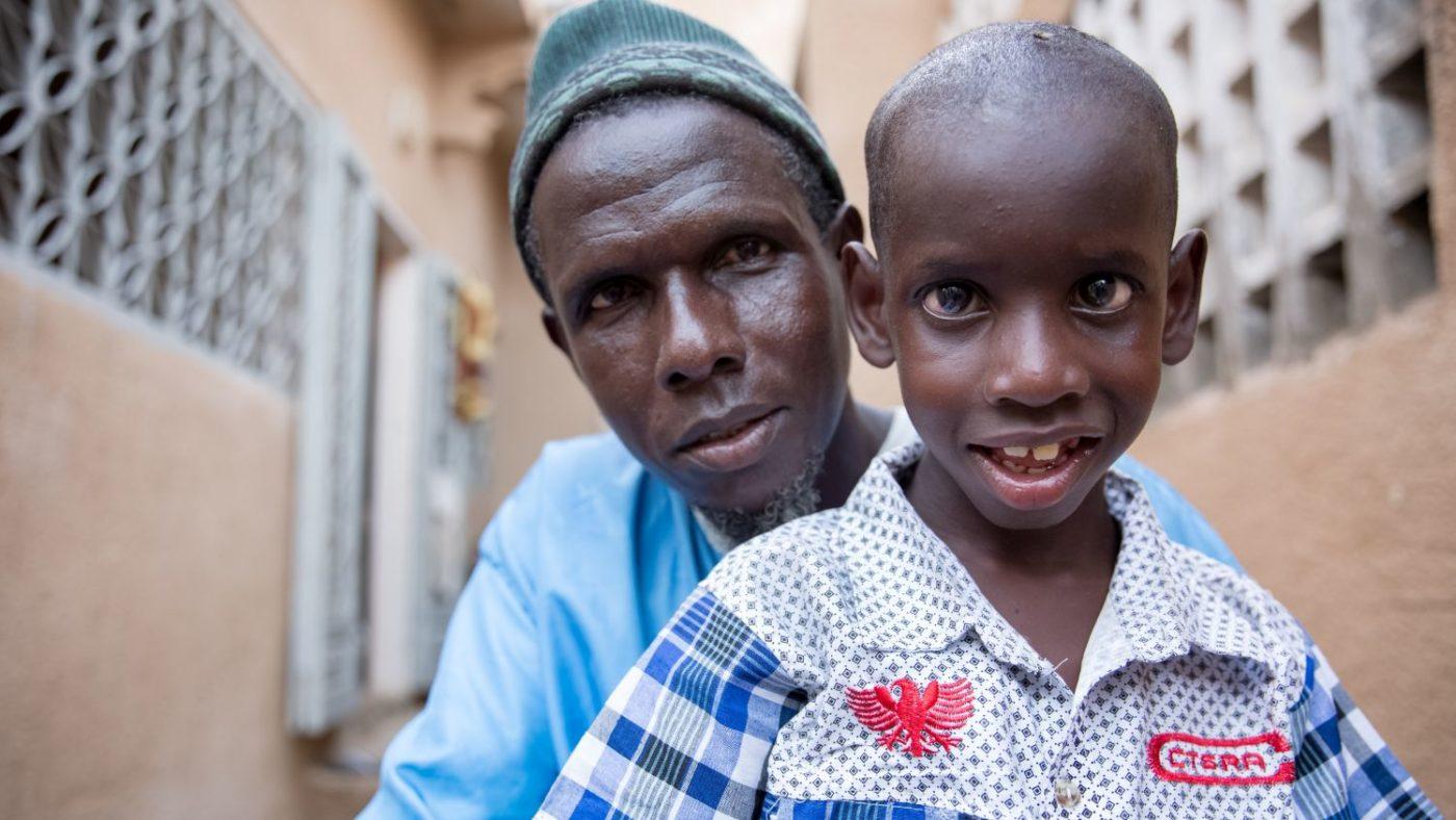 Primo piano di Yoro e di suo figlio Aliou.