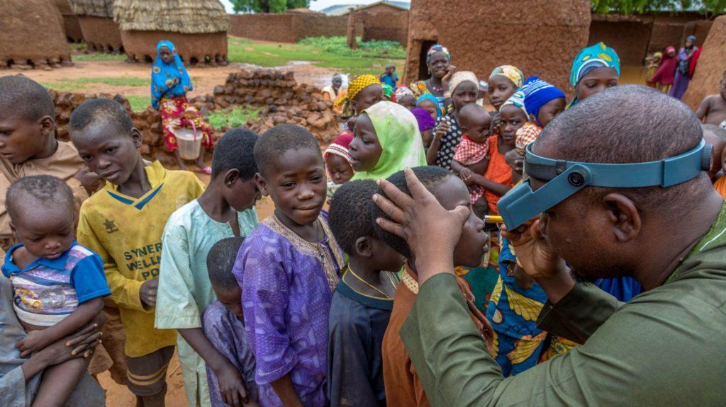 L'infermiere Seraju visita gli occhi di tanti bambini.